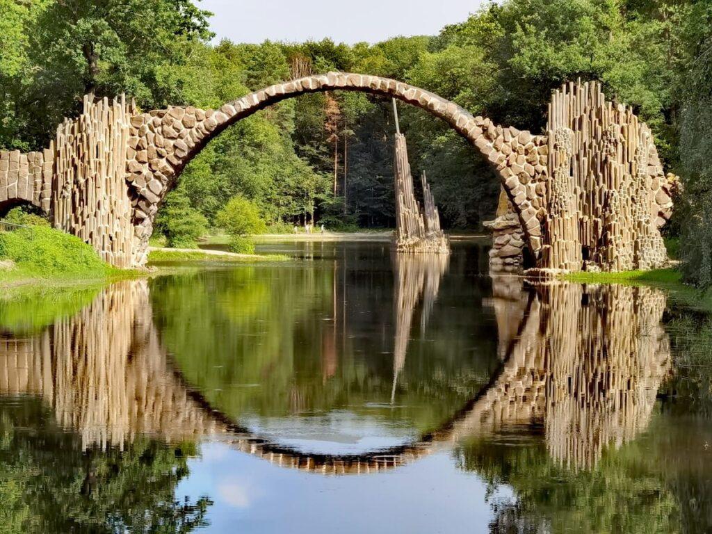 Die perfekte Perspektive auf die Rakotzbrücke - auch Teufelsbrücke Kromlau genannt