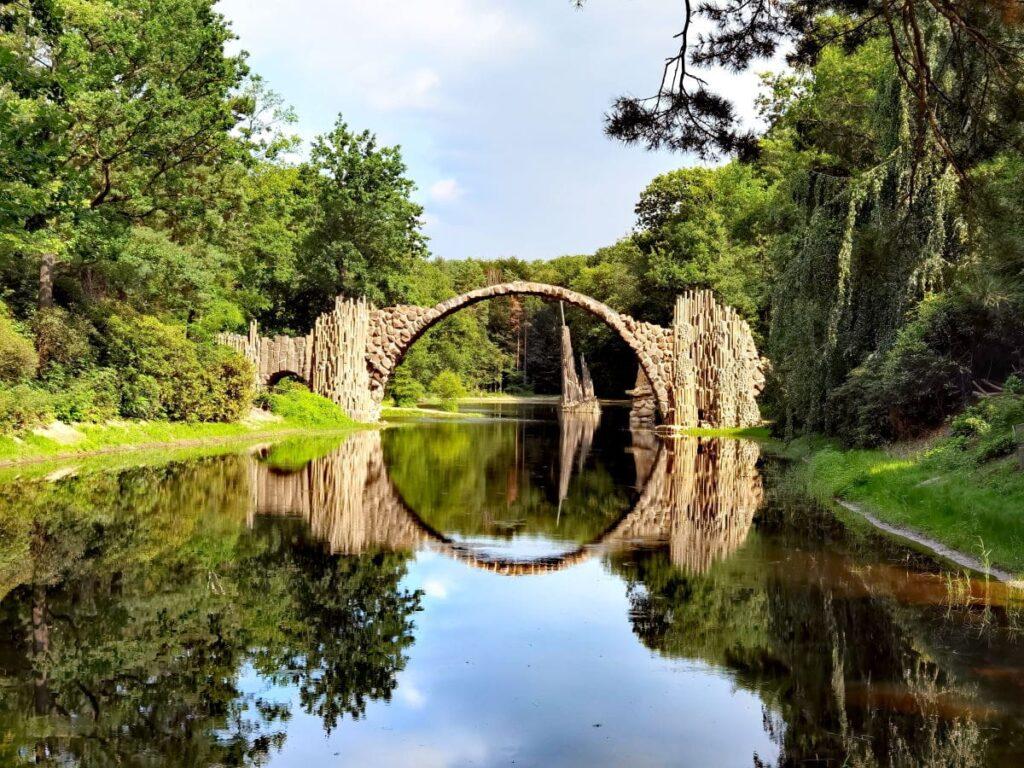 Die Rakotzbrücke im Rhododendronpark Kromlau - auch als Teufelsbrücke bekannt