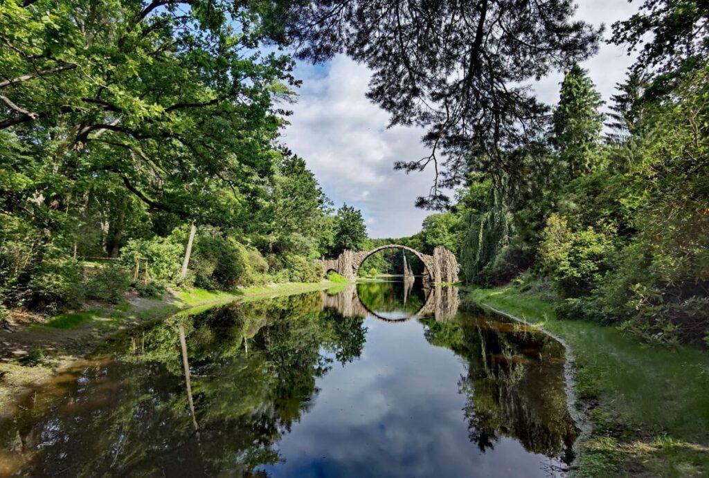 Der bekannte Blick über den Rakotzsee mit der Rakotzbrücke