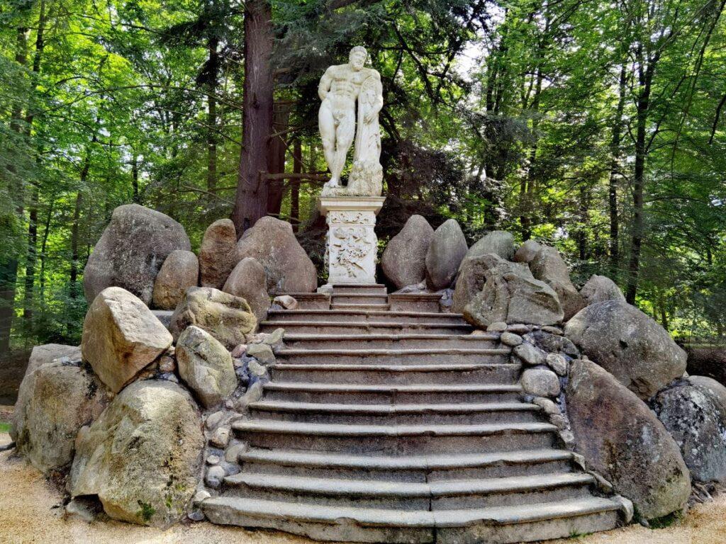 Die verschwundene Herculesstatue steht nun bei der Rakotzbrücke am Rakotzsee