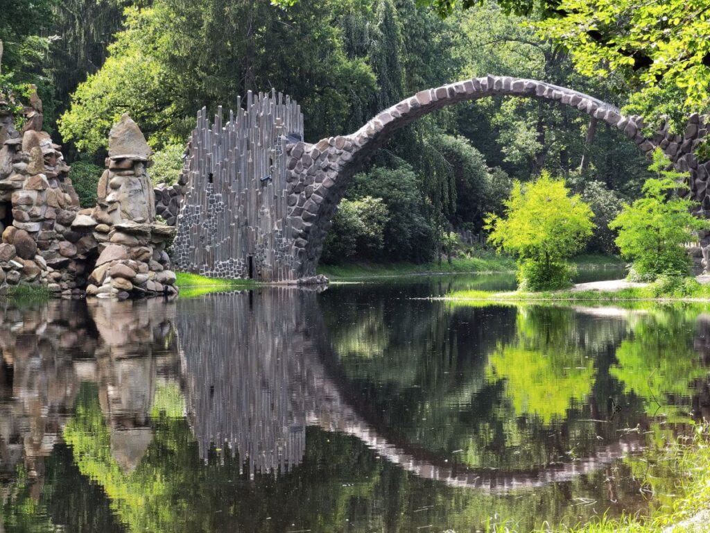 Blick auf die Teufelsbrücke vom Nordostufer am Rakotzsee