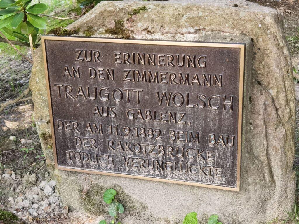 Teufelsbrücke Kromlau - das ist der Gedenkstein an den tödlich verunglückten Traugott Wolsch